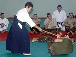 """Солдат итальянской армии избивает """"Бабушка-Самурай"""""""